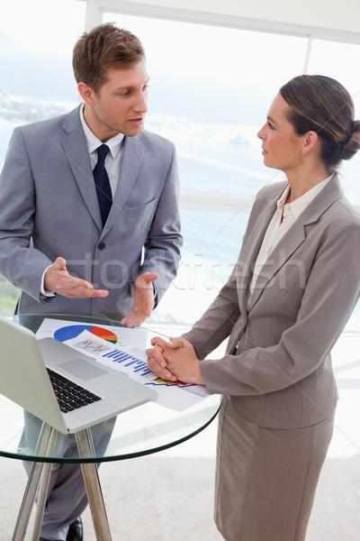 Markt praten onderzoek resultaten business papier Stockfoto © wavebreak_media