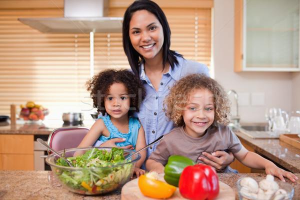 Jonge moeder salade keuken samen voedsel Stockfoto © wavebreak_media