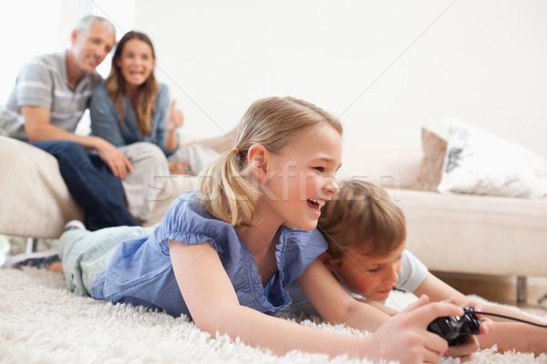 Kardeşler oynama video oyunları ebeveyn oturma odası aile Stok fotoğraf © wavebreak_media