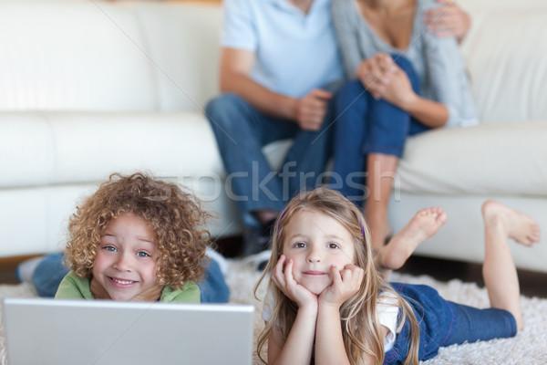 Stok fotoğraf: Sevimli · çocuklar · dizüstü · bilgisayar · kullanıyorsanız · ebeveyn · izlerken · oturma · odası