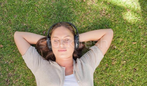 Donna ascoltare musica prato musica Foto d'archivio © wavebreak_media