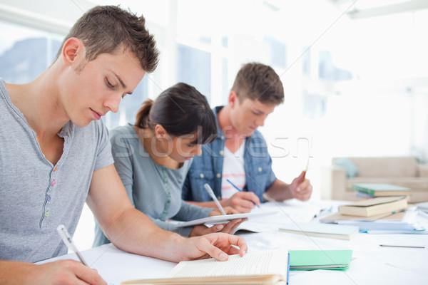 Vista lateral tiro três estudantes escrita para baixo Foto stock © wavebreak_media