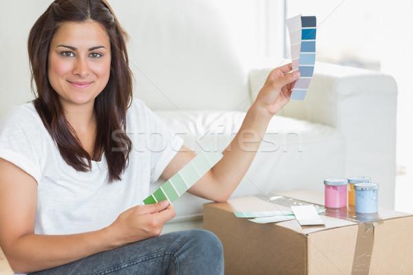 Mulher alegremente escolher pintar cores traçar Foto stock © wavebreak_media