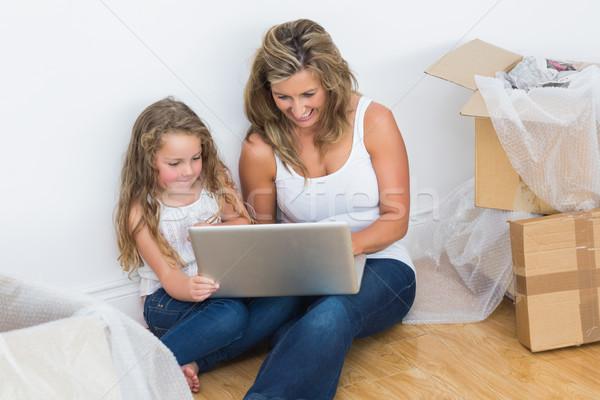 Souriant mère fille utilisant un ordinateur portable ordinateur femme Photo stock © wavebreak_media