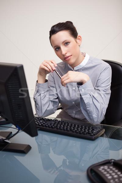 Business woman posiedzenia portret młodych biuro Zdjęcia stock © wavebreak_media