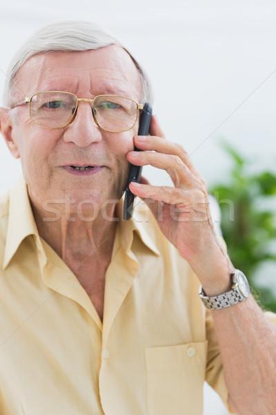 Souriant âgées homme appelant quelqu'un salon Photo stock © wavebreak_media
