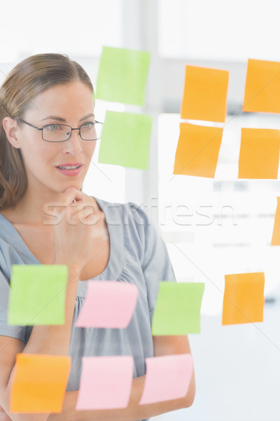 Geconcentreerde kunstenaar naar kleurrijk sticky notes vrouwelijke Stockfoto © wavebreak_media