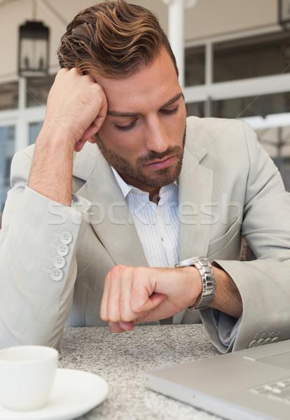Zakenman naar horloge patio restaurant computer Stockfoto © wavebreak_media