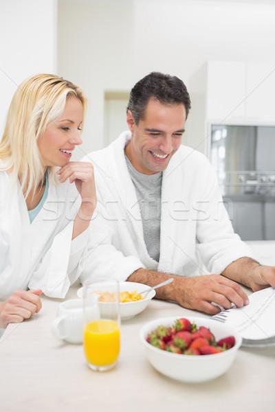 Pár reggeli olvas újság konyha mosolyog Stock fotó © wavebreak_media