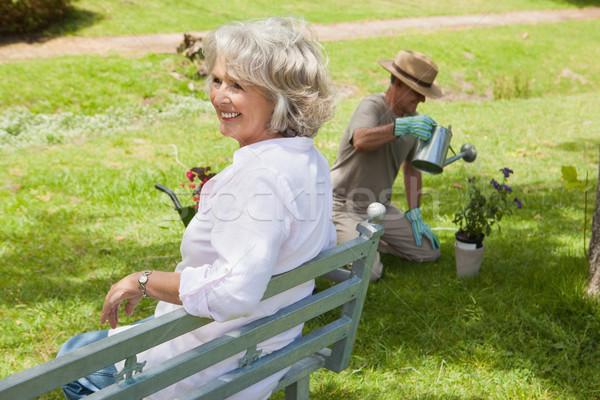Kobieta ławce człowiek roślin parku Zdjęcia stock © wavebreak_media