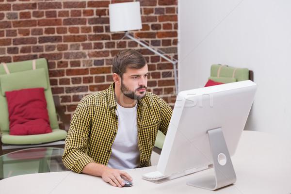 Ernstig toevallig jonge man kantoor computer Stockfoto © wavebreak_media