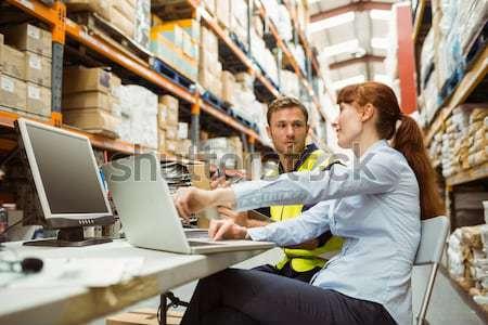 склад работник менеджера глядя ноутбука большой Сток-фото © wavebreak_media