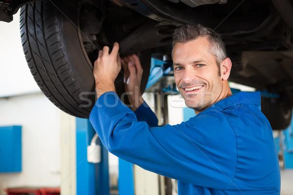 Uśmiechnięty mechanik opon naprawy garaż człowiek Zdjęcia stock © wavebreak_media