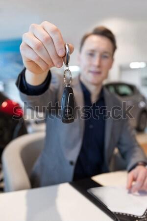 Közelkép üzletember tart slusszkulcs új autó bemutatóterem Stock fotó © wavebreak_media