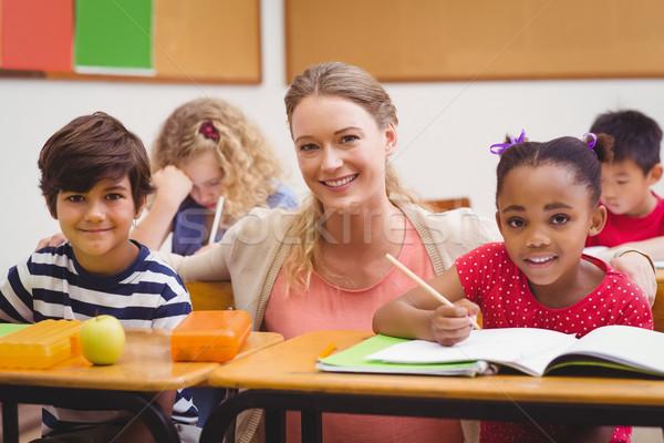 Lehrer Schüler arbeiten Schreibtisch zusammen Grundschule Stock foto © wavebreak_media