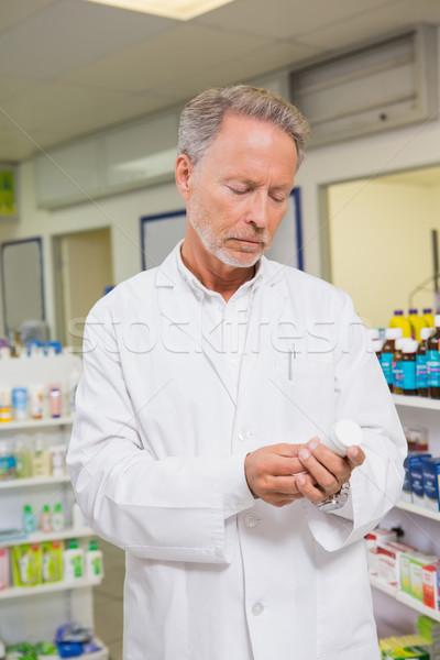 Zagęszczony farmaceuta patrząc muzyka apteki człowiek Zdjęcia stock © wavebreak_media