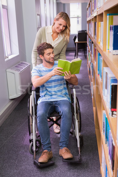 Glimlachend gehandicapten student medeleerling bibliotheek universiteit Stockfoto © wavebreak_media