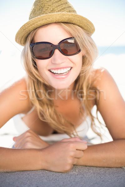 Mooie blond ontspannen naast water naar Stockfoto © wavebreak_media