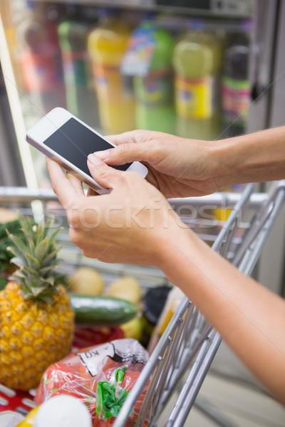 женщину купить продукции смартфон супермаркета рынке Сток-фото © wavebreak_media