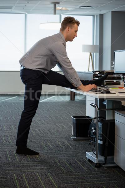 Igazgató előad nyújtás testmozgás asztal iroda Stock fotó © wavebreak_media