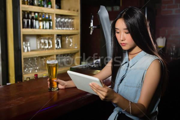 Kobieta cyfrowe tabletka piwa Licznik bar Zdjęcia stock © wavebreak_media