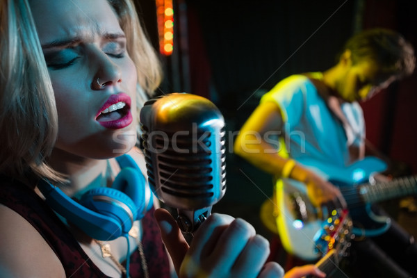 Vrouwelijke zanger zingen vintage microfoon discotheek Stockfoto © wavebreak_media