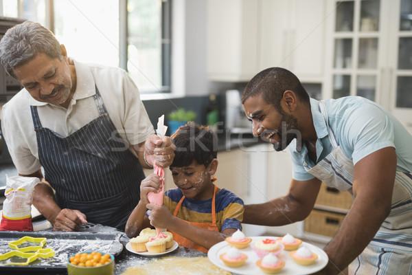 Heureux famille aliments sucrés ensemble cuisine maison Photo stock © wavebreak_media