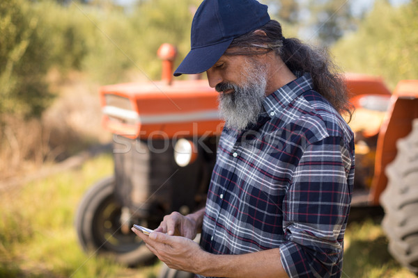 Hombre teléfono móvil de oliva granja amor Foto stock © wavebreak_media