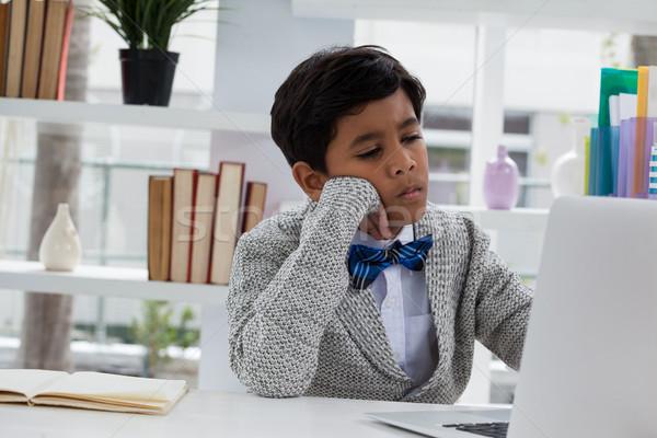 Can sıkıntısı işadamı bakıyor dizüstü bilgisayar çalışma büro Stok fotoğraf © wavebreak_media