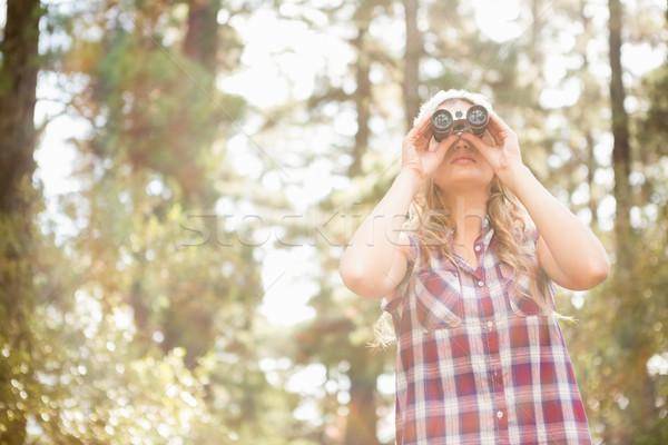Bastante jovem olhando binóculo natureza Foto stock © wavebreak_media