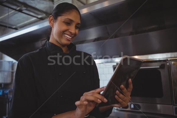 Stock fotó: Boldog · pincérnő · tabletta · kávézó · fiatal · digitális