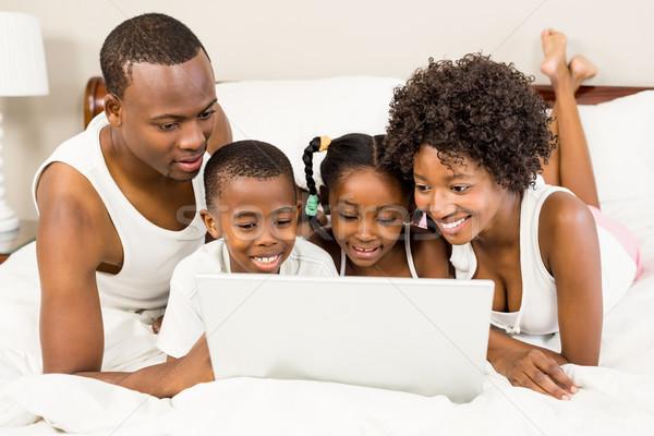 Szczęśliwą rodzinę bed laptop kobieta domu chłopca Zdjęcia stock © wavebreak_media
