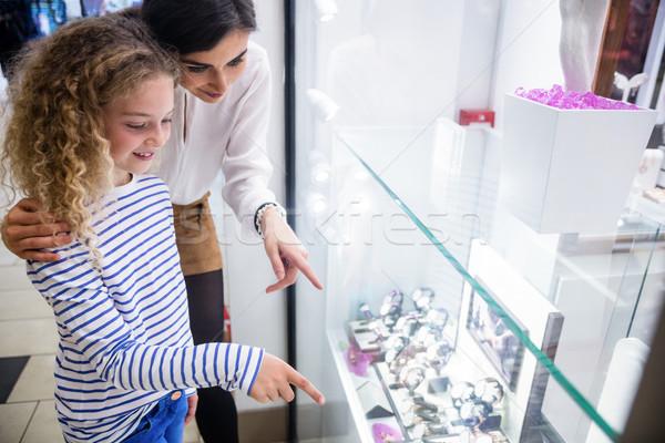 Anya lánygyermek kiválaszt karóra bolt kirakat Stock fotó © wavebreak_media