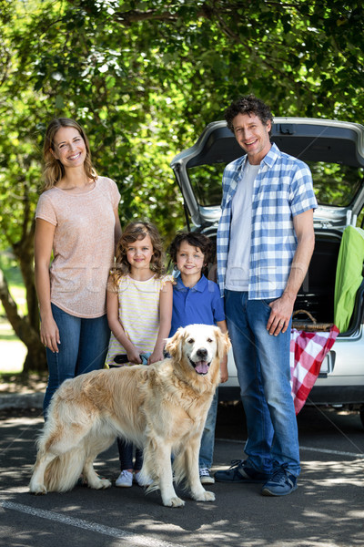 Photo stock: Souriant · famille · permanent · voiture · jardin · chien