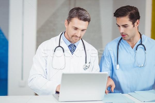 концентрированный врачи рабочих ноутбука Постоянный столе Сток-фото © wavebreak_media