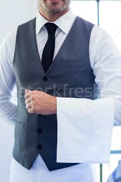 Garçom em pé guardanapo restaurante homem Foto stock © wavebreak_media