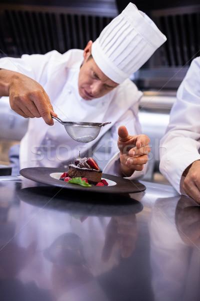 Chef açúcar de confeiteiro sobremesa cozinha bolo restaurante Foto stock © wavebreak_media