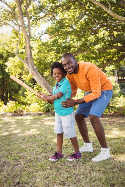 Mutlu aile poz birlikte park ağaç çim Stok fotoğraf © wavebreak_media