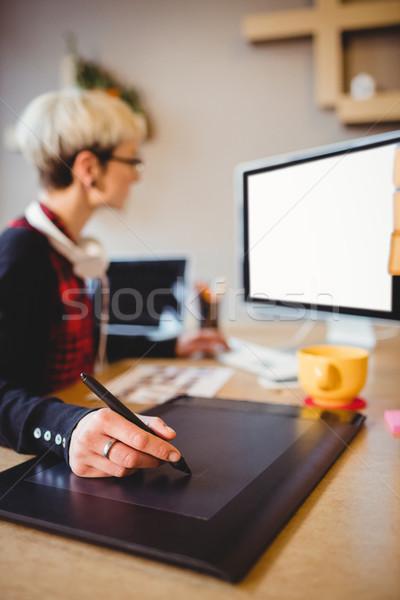 Zdjęcia stock: Graficzne · projektant · grafiki · tabletka · kobiet · biuro
