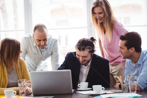 商界人士 筆記本電腦 會議室 創意 辦公室 男子 商業照片 © wavebreak_media