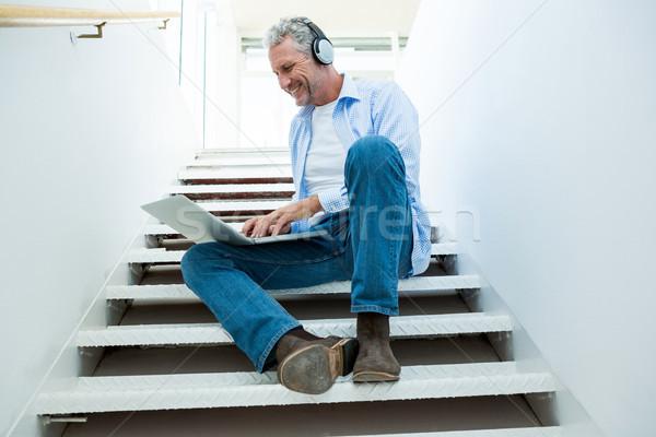 Teljes alakos érett férfi laptopot használ lépcső otthon számítógép Stock fotó © wavebreak_media