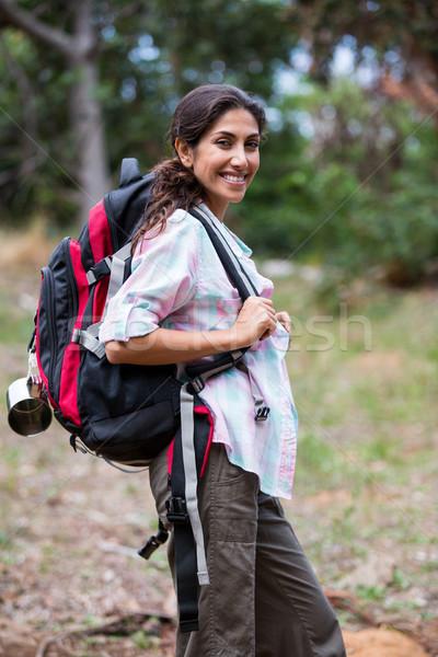 Femminile escursionista piedi foresta ritratto sorridere Foto d'archivio © wavebreak_media