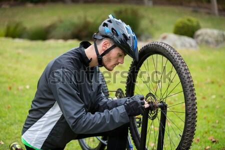 Stock fotó: Női · motoros · javít · hegyi · kerékpár · vidék · nő