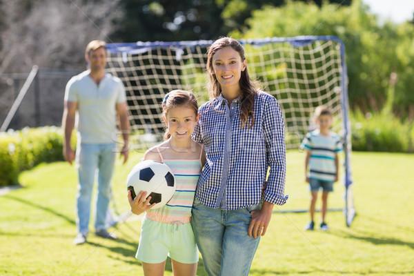 Retrato madre hija pie fútbol parque Foto stock © wavebreak_media