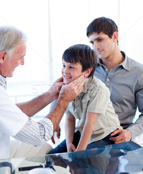 Senior médico pequeno menino garganta pai Foto stock © wavebreak_media