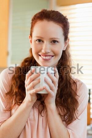 красивая женщина питьевой Кубок кофе кровать утра Сток-фото © wavebreak_media