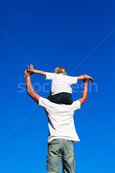 Foto stock: Filho · sessão · ombros · praia · mãos · sorrir