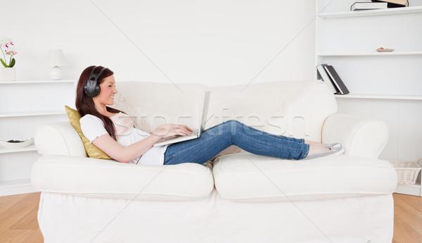 魅力的な 女性 音楽を聴く ヘッドホン リラックス ノートパソコン ストックフォト © wavebreak_media