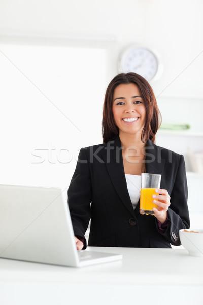 Iyi görünümlü kadın takım elbise rahatlatıcı dizüstü bilgisayar Stok fotoğraf © wavebreak_media