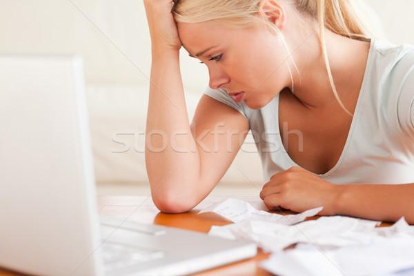 Donna contabili soggiorno computer Foto d'archivio © wavebreak_media
